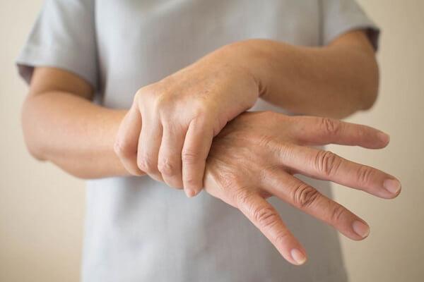 Có nhiều nguyên nhân gây ra chứng tê bì tay chân